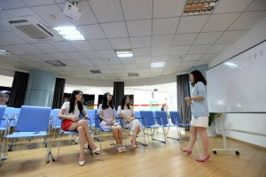 femei-frumoase-angajate-in-it-pentru-a-motiva-angajatii-3-300x200